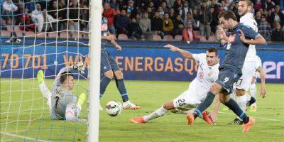 El delantero del SSC Napoli Gonzalo Higuain logra el gol del 5-2 goal durante el partido de la Serie A que han jugado SSC Napoli y Hellas Verona en San Paolo, Naples, Italia. EFE/EPA