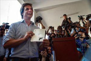 El candidato a la presidencia de Uruguay por el Partido Nacional, Luis Lacalle Pou, vota en las elecciones nacionales en Montevideo (Uruguay). EFE