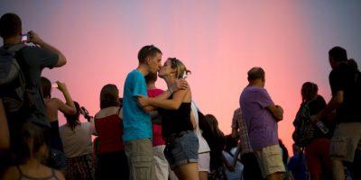 En el orgasmo, se percibe tanto la sensación y la excitación de un beso, que las bocas se quedan inmóviles, percibiendo la respiración del otro. Foto:Getty Images