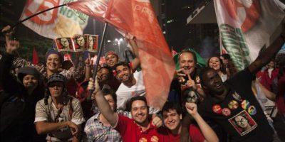 Seguidores del Partido de los Trabajadores celebran la reelección de la presidenta brasileña Dilma Rousseff en Sao Paulo (Brasil). EFE