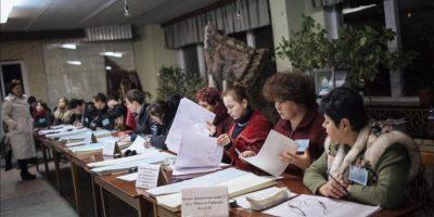 Miembros de una comisión electoral local repasan listas en un colegio habilitado para las votaciones, en Kramatorsk, cerca de Slaviansk, el este de Ucrania. EFE