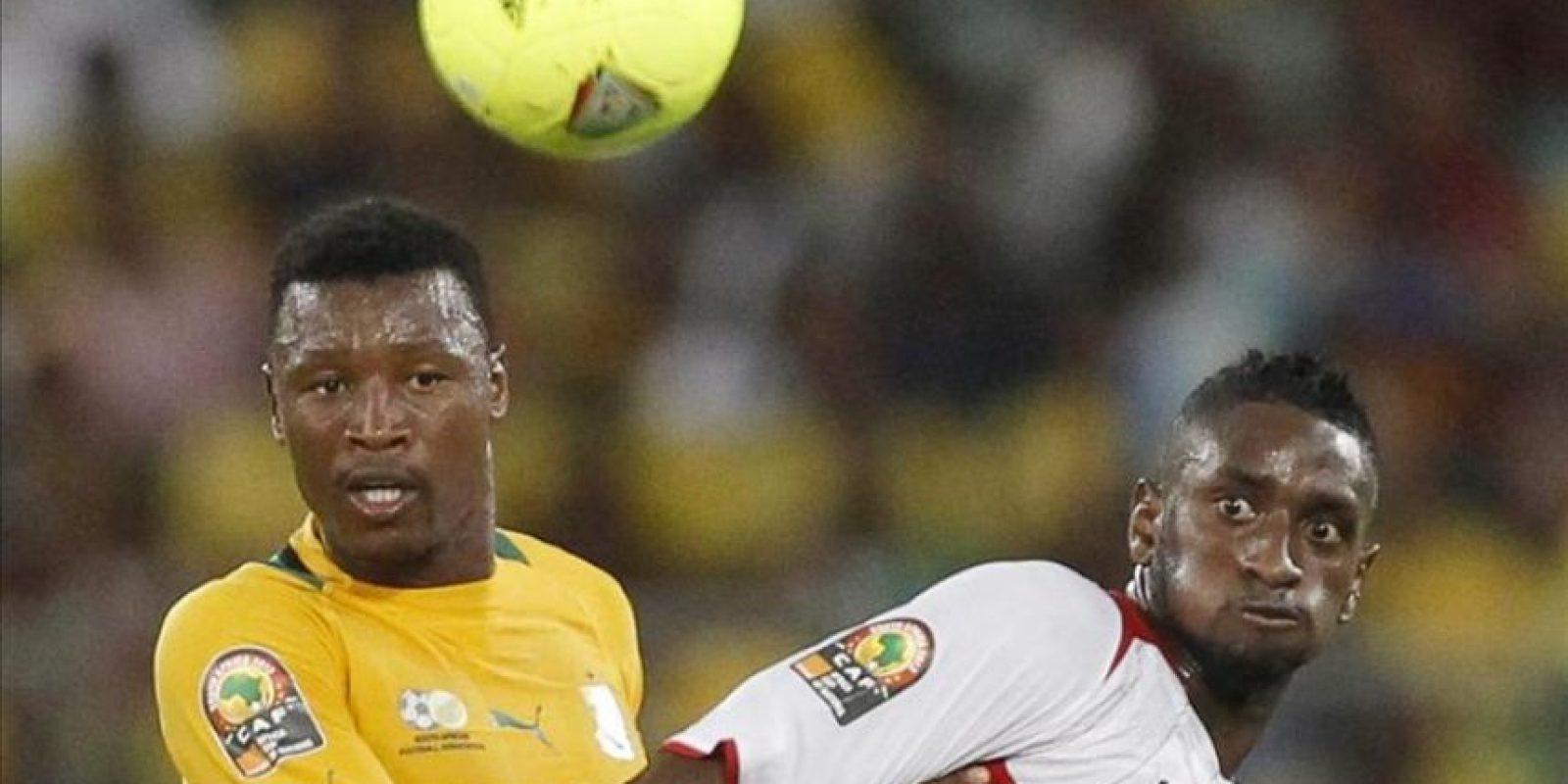 El sudafricano Senzo Meyiwa (i) pelea por un balón con Mahamadou Samassa (d) de Mali, durante un partido de la Copa Africa, disputado en febrero de 2013. EFE/Archivo