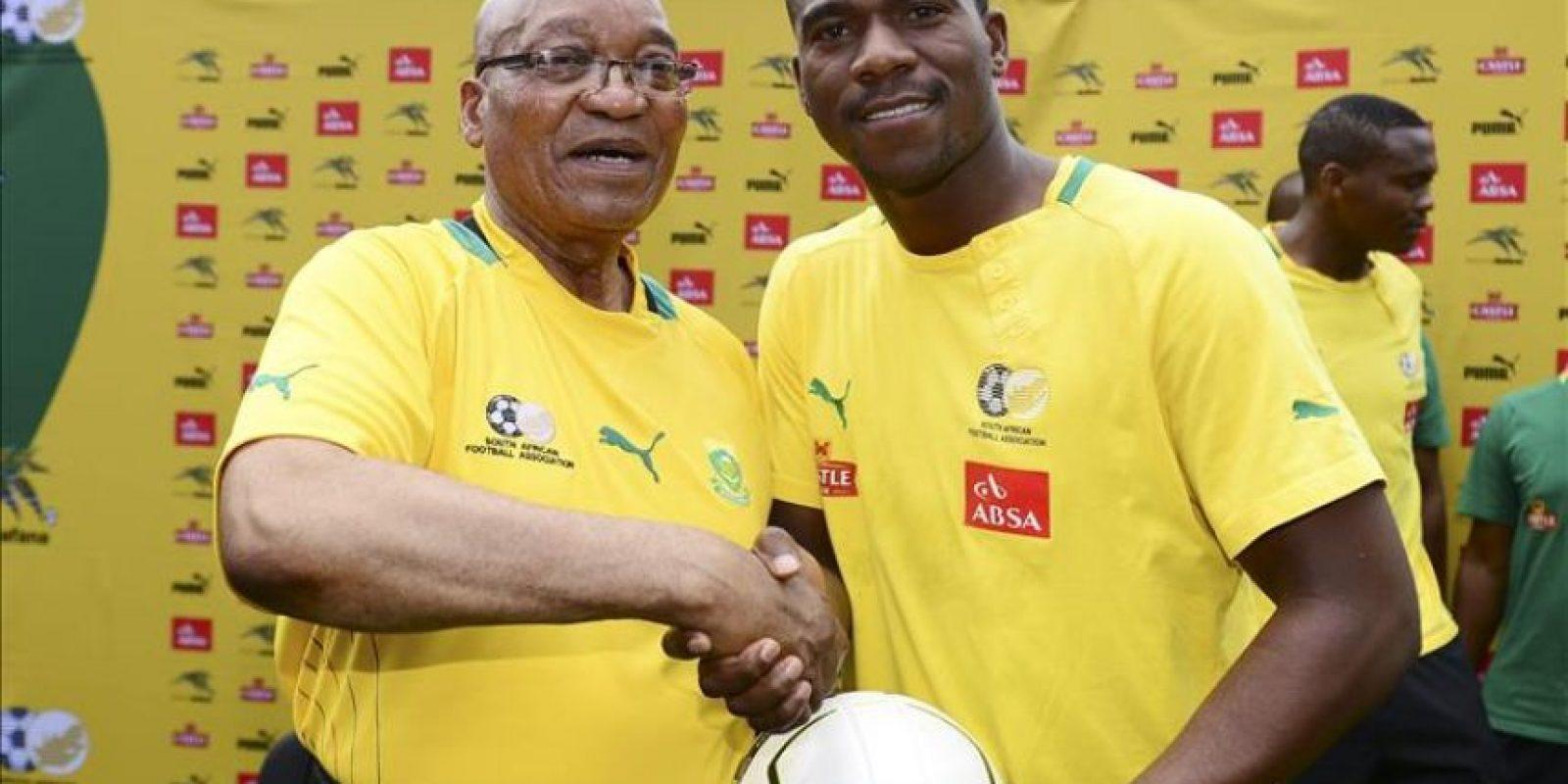 Fotografía de archivo tomada el 15 de enero de 2013 que muestra al guardameta de la selección sudafricana Senzo Meyiwa (dcha) junto al entonces presidente sudafricano, Jacob Zuma, en Johannerburgo (Sudárfrica). EFE