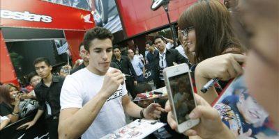 El piloto español Marc Márquez (c), doble campeón del mundo de MotoGP , firma autógrafos durante un acto promocional en Bangkok, Tailandia, hoy, lunes 27 de octubre de 2014. EFE