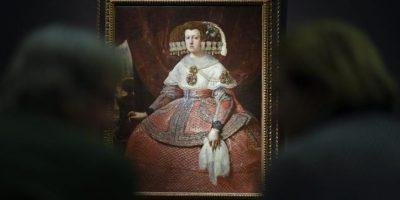 """La obra """"Mariana de Austria en traje rojo"""" (1651-1661) del artista español Diego Velazquez es expuesto en la exposición dedicada al pintor en el museo Kunsthistorisches en Viena (Austria) hoy, lunes 27 de octubre de 2014. EFE"""