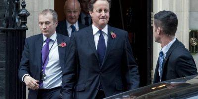El primer ministro británico, David Cameron (c), sale de su residencia oficial, el 10 de Downing Street, en Londres, Reino Unido, hoy. EFE