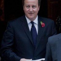 El primer ministro británico, David Cameron, sale de su residencia oficial, el 10 de Downing Street, en Londres, Reino Unido, hoy. EFE