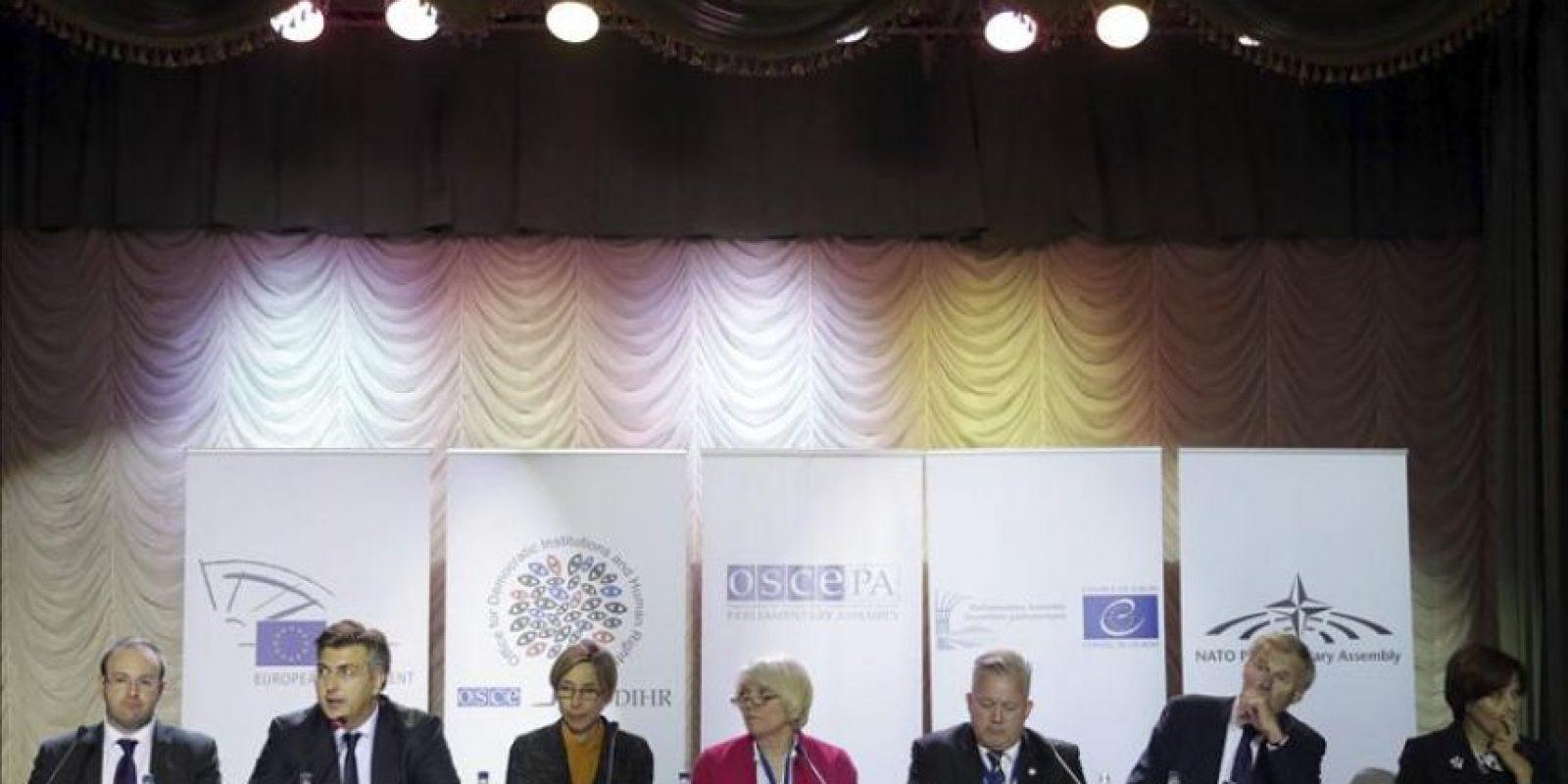 Miembros de la misión de observadores de la Organización para la Seguridad y Cooperación en Europa (OSCE), ofrecen una rueda de prensa en Kiev, Ucrania, el 27 de octubre del 2014. La OSCE calificó hoy de democráticas las elecciones legislativas del domingo en Ucrania, en las que ganaron los partidos europeístas, según los datos de la Comisión Electoral Central (CEC). EFE