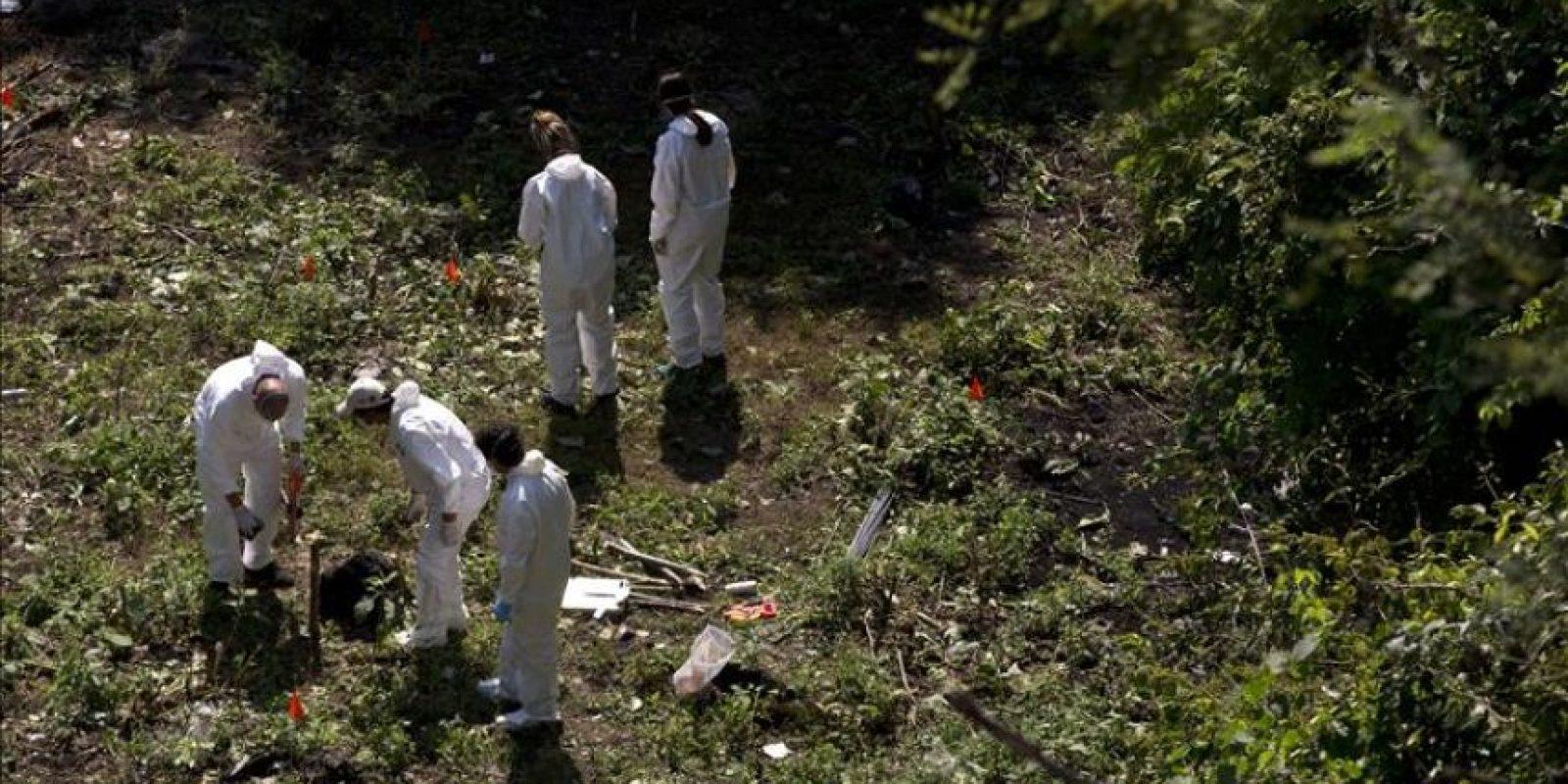 Espertos forenses recaban información hoy , martes 28 de octubre de 2014 en el sitio localizado en el municipio de Cocula , en el estado de Guerrero y que presuntamente se trata de una fosa clandestina , producto de las informaciones de cuatro detenidos confesos que habrían participado en la desaparición de los 43 estudiantes. EFE
