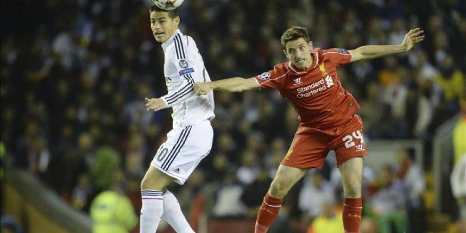 centrocampista colombiano del Real Madrid, James Rodríguez (i) lucha por el balón con Joe Allen (d) del Liverpool durante el partido de Liga de Campeones. EFE/Archivo