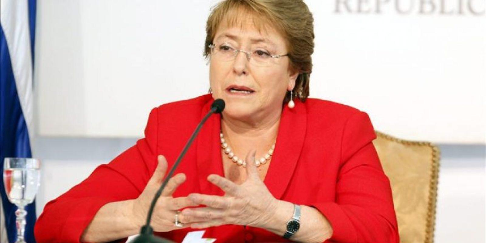 La presidenta de Chile, Michelle Bachelet, habla en una rueda de prensa, en la Residencia Presidencial en Montevideo (Uruguay). EFE/Archivo