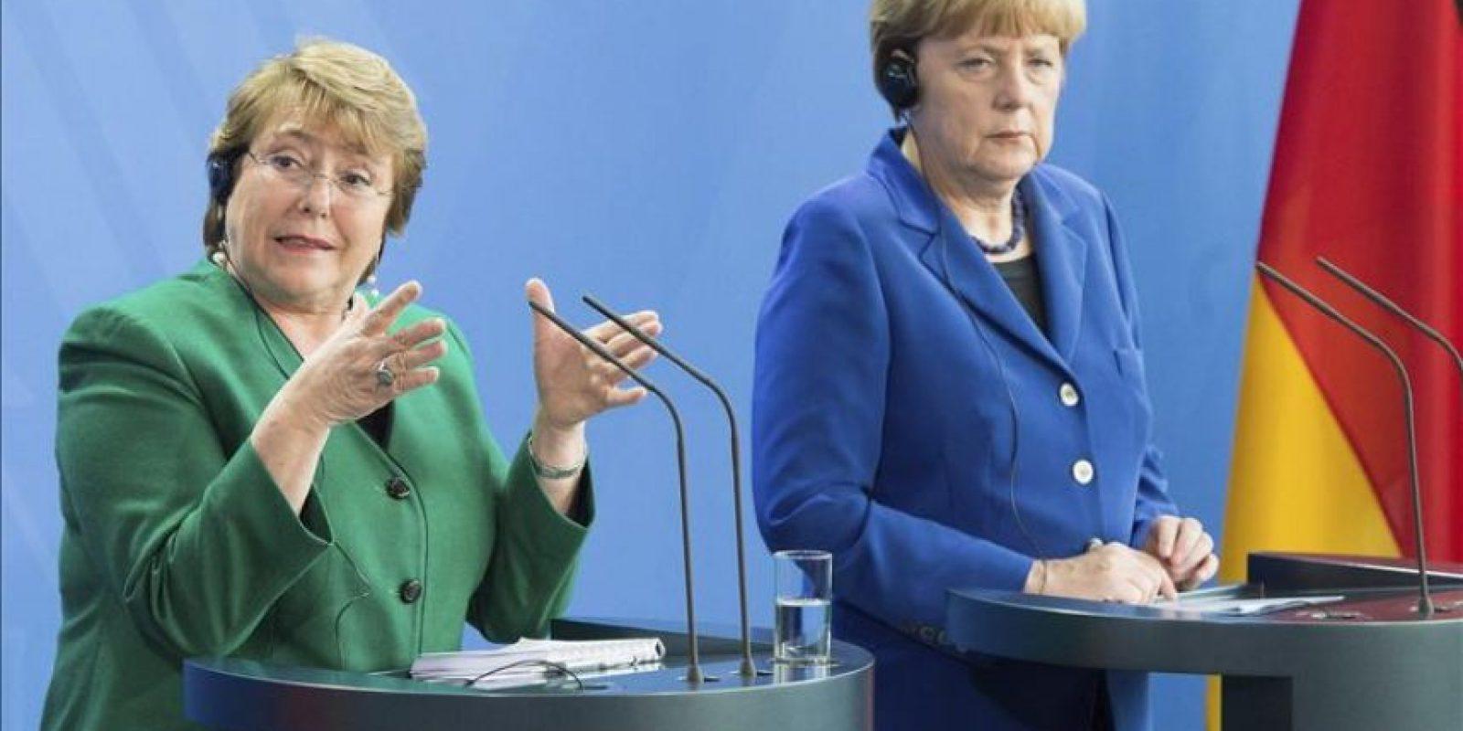 La presidenta chilena, Michelle Bachelet (i), responde durante una rueda de prensa conjunta con la canciller alemana, Angela Merkel (d), en Berlín (Alemania), el 27 de octubre de 2014. EFE