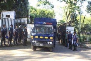 Vehículos policiales escoltan el traslado del líder del partido Jamaat-e-Islami, Motiur Rahman Nizami, desde el tribunal a la cárcel tras ser condenado hoy por el Tribunal Internacional de Crímenes de Dacca (Bangladesh). EFE