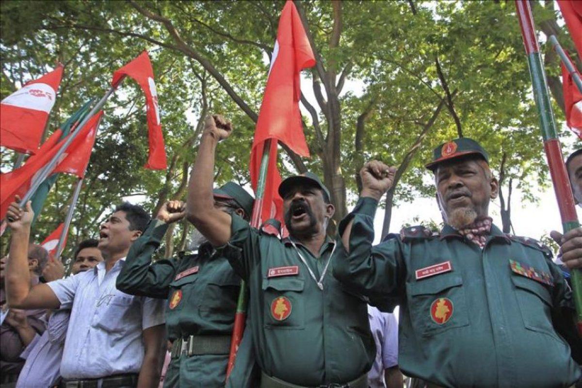 Activistas y excombatientes por la libertad, que se enfrentaron en la guerra de 1971 contra Pakistán, protestan contra la condena contra el líder del partido Jamaat-e-Islami, Motiur Rahman Nizami, a las puertas del Tribunal Internacional de Crímenes de Dacca (Bangladesh). EFE