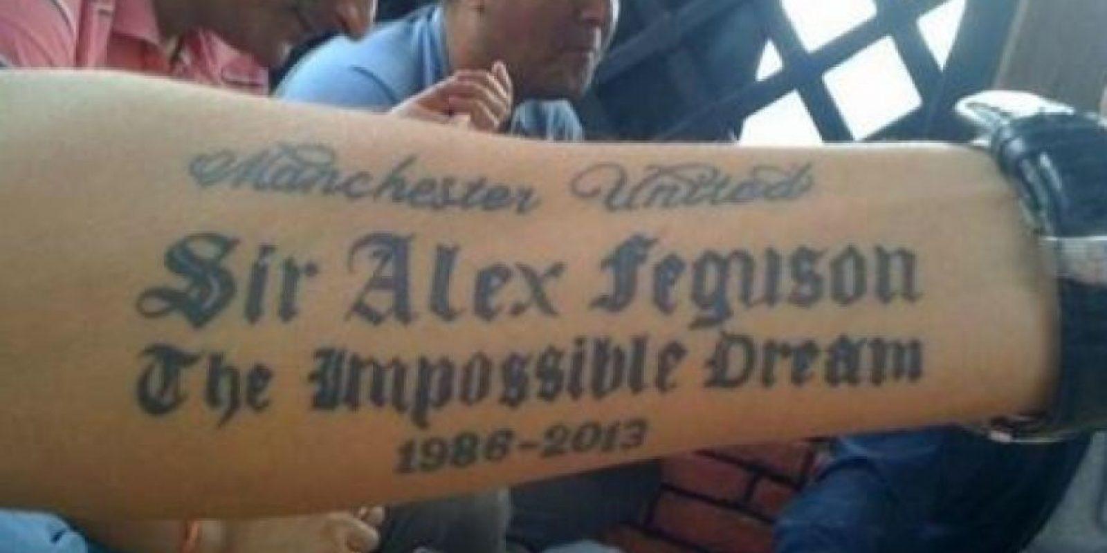 Un tatoo en honor al ex DT del Manchester United, Alex Ferguson Foto:Twitter