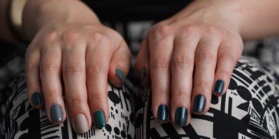 6. Luego aplique el esmalte de manera uniforme, en este caso usaremos un color verde oscuro, se está utilizando mucho en esta temporada. Foto:Juan Pablo Pino/Publimetro