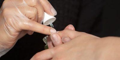 4. Aplique una base antes de usar el esmalte, esto le ayudará a que no se vaya a perder el brillo natural de las uñas, por el esmalte. Foto:Juan Pablo Pino/Publimetro