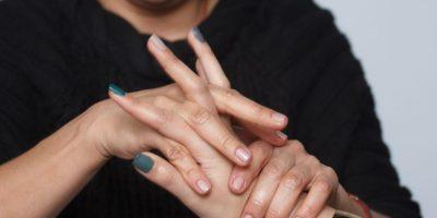 3. Antes de maquillar las uñas debe limpiarlas con un pedazo de algodón con alcohol, para retirar la crema que dejó la exfoliación de las uñas. Foto:Juan Pablo Pino/Publimetro