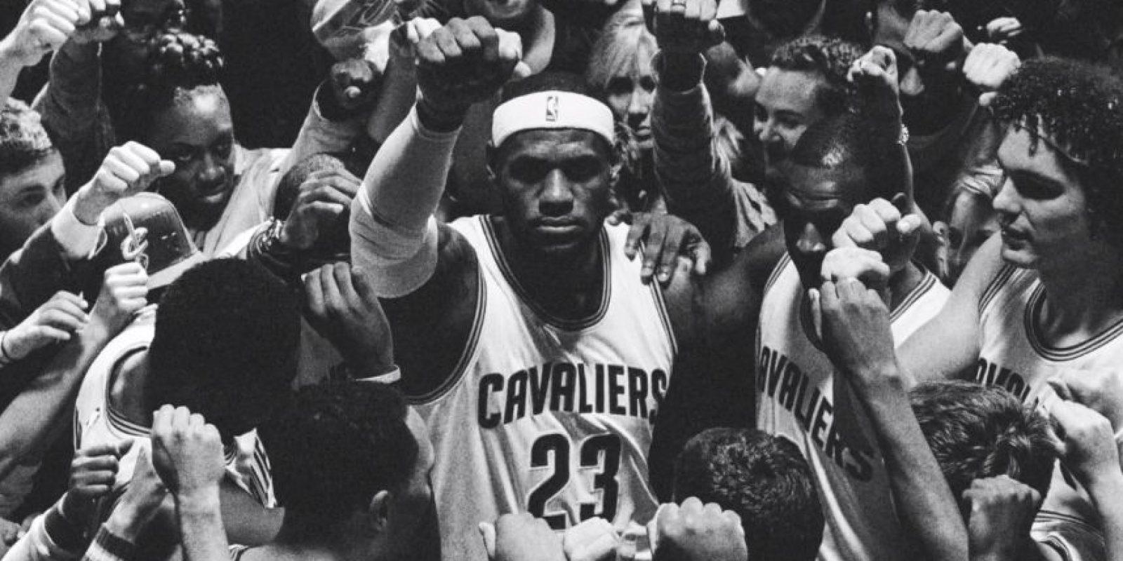 Y con la mano arriba se unen en un grito uniforme Foto:Youtube: Nike Basketball