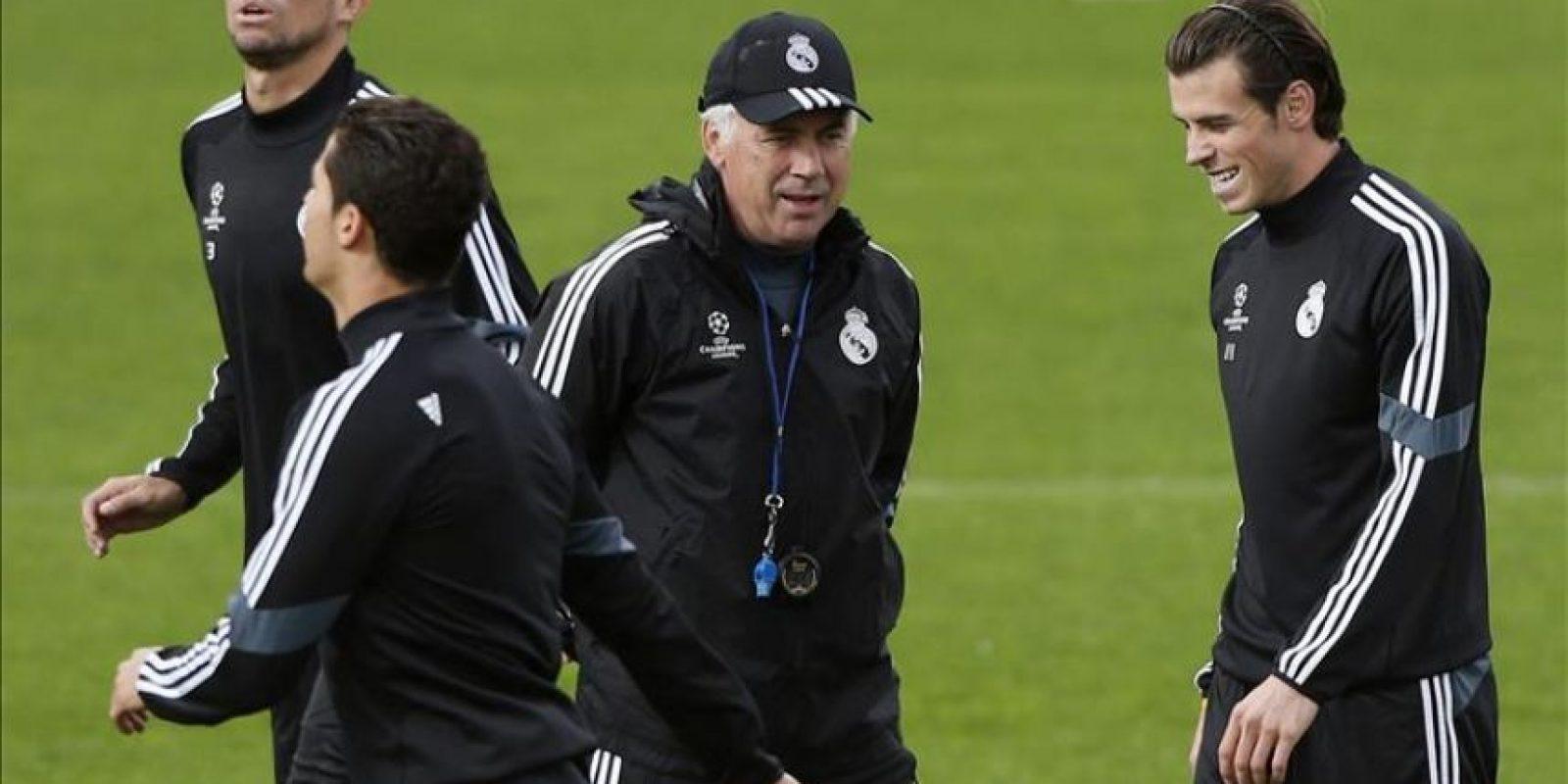 El técnico del Real Madrid, Carlo Ancelotti (2d), y los jugadores Pepe, Caristiano Ronaldo y Bale, durante el entrenamiento del equipo, hoy en Valdebebas, de cara al partido de la Liga de Campeones que disputarán mañana, martes, frente al Liverpool en el estadio Santiago Bernabéu. EFE