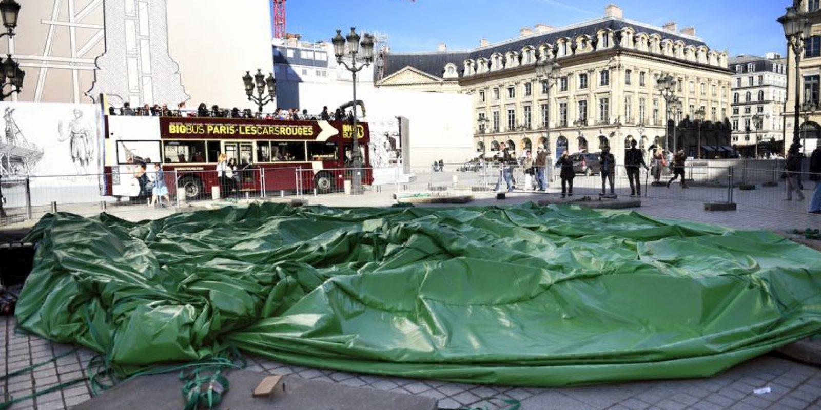 El árbol de 25 pies de altura fue colocado en la lujosa zona comercial de Place Vendome. Foto:AFP