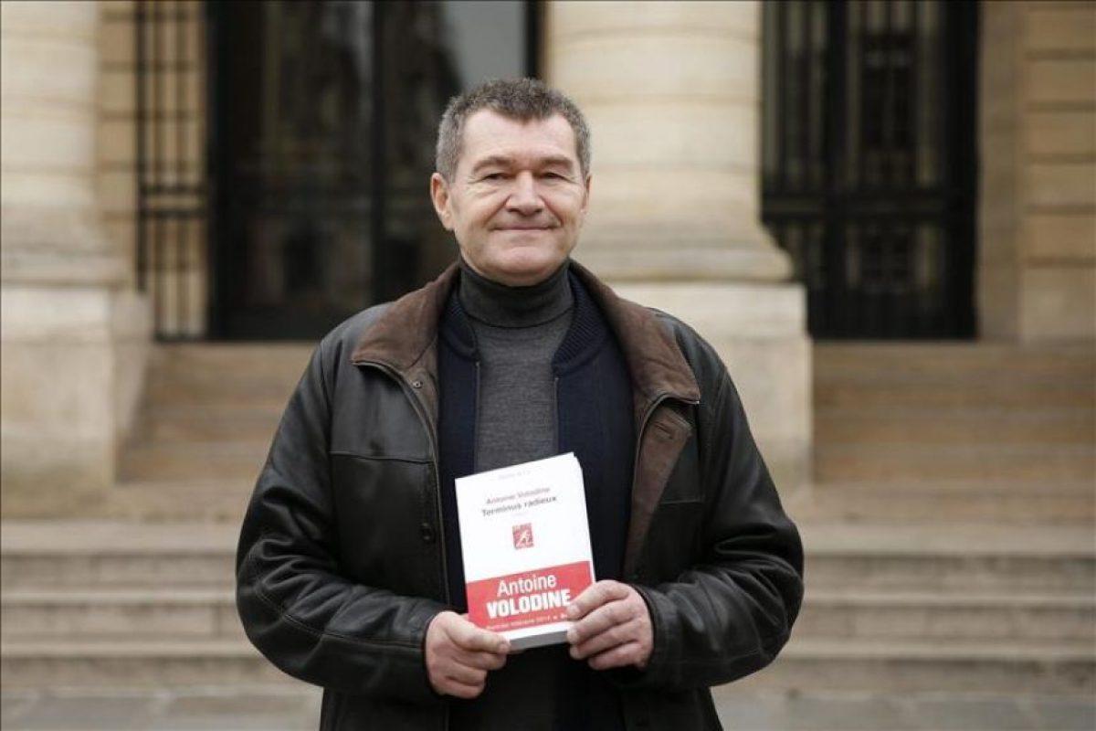 """El escritor francés Antoine Volodine posa para los fotógrafos en París (Francia) hoy tras alzarse con el premio Médicis por su novela """"Terminus radieux"""". EFE"""