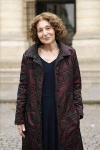 La escritora australiana Lily Brett posa para los fotógrafos en París (Francia) hoy tras ganar el premio Médicis en lengua extranjera con su novela Lola Bensky. EFE