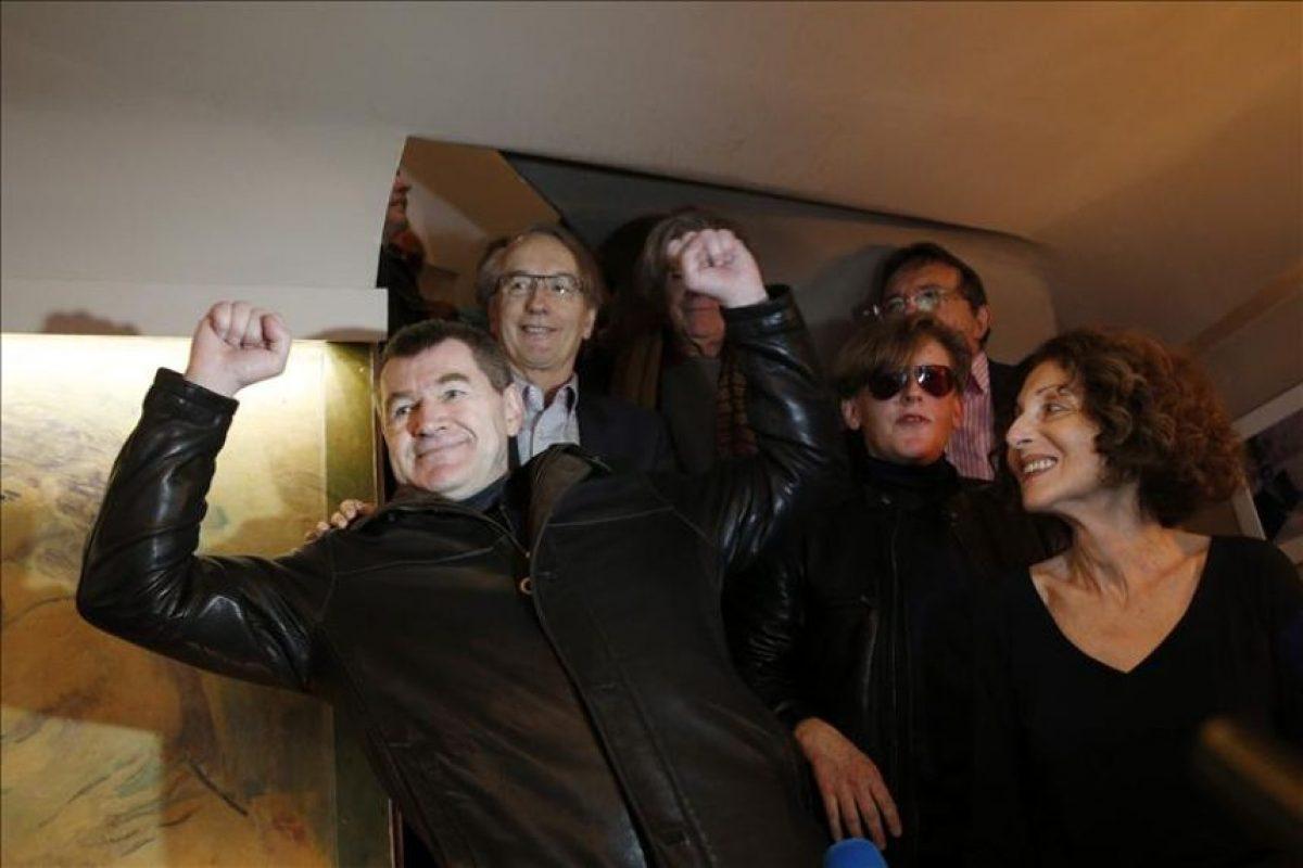 """El escritor francés Antoine Volodine (izq) celebra tras alzarse con el premio Médicis por su novela """"Terminus radieux"""" en París (Francia) hoy. EFE"""