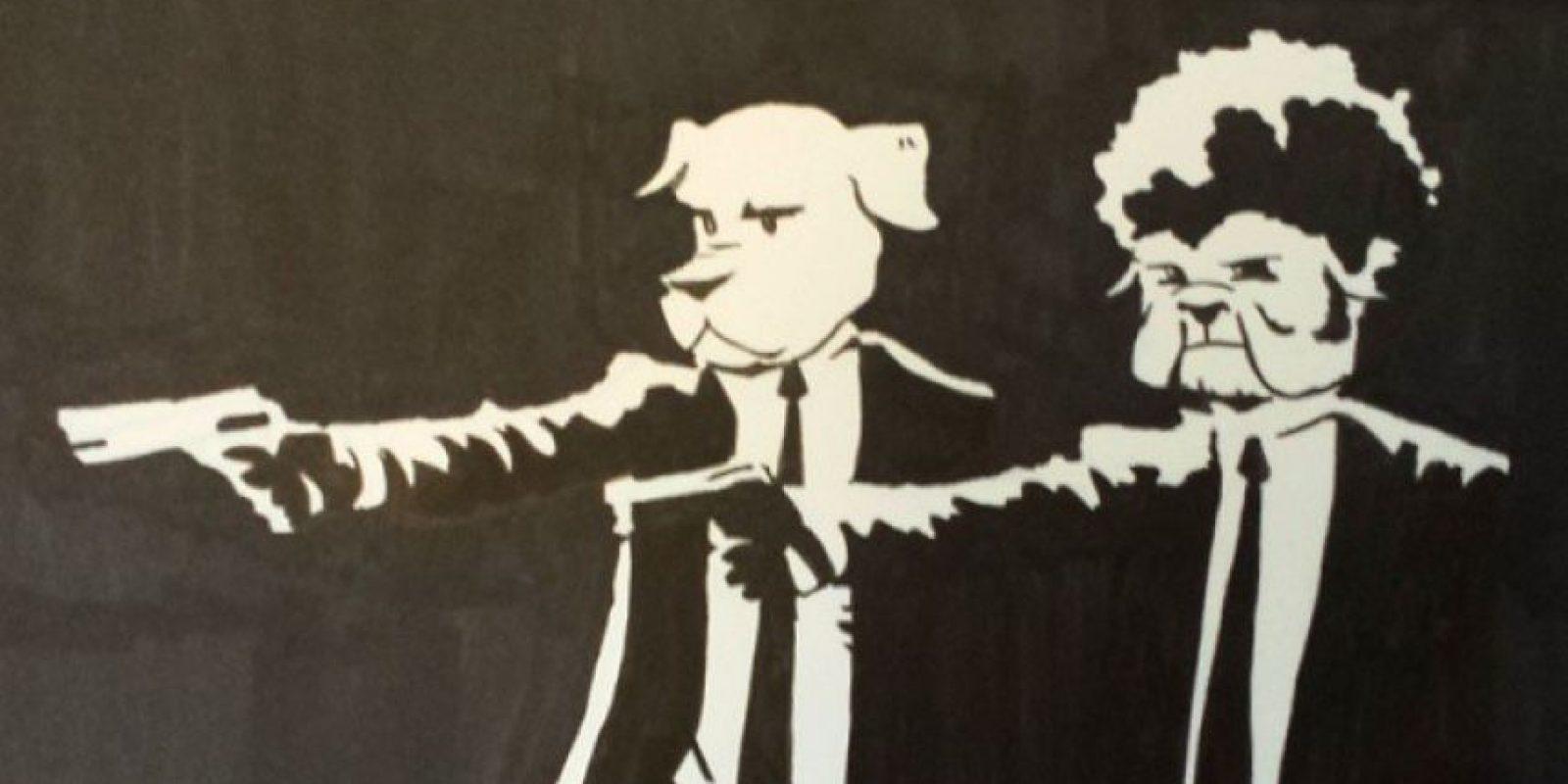 """(""""Pulp"""" cambia por """"Pup"""", que significa cachorro): """"Dos perros sicarios de la mafia persiguen a un poodle que escribió un artículo negativo sobre su jefe"""". Foto:AustinDLight vía Imgur"""