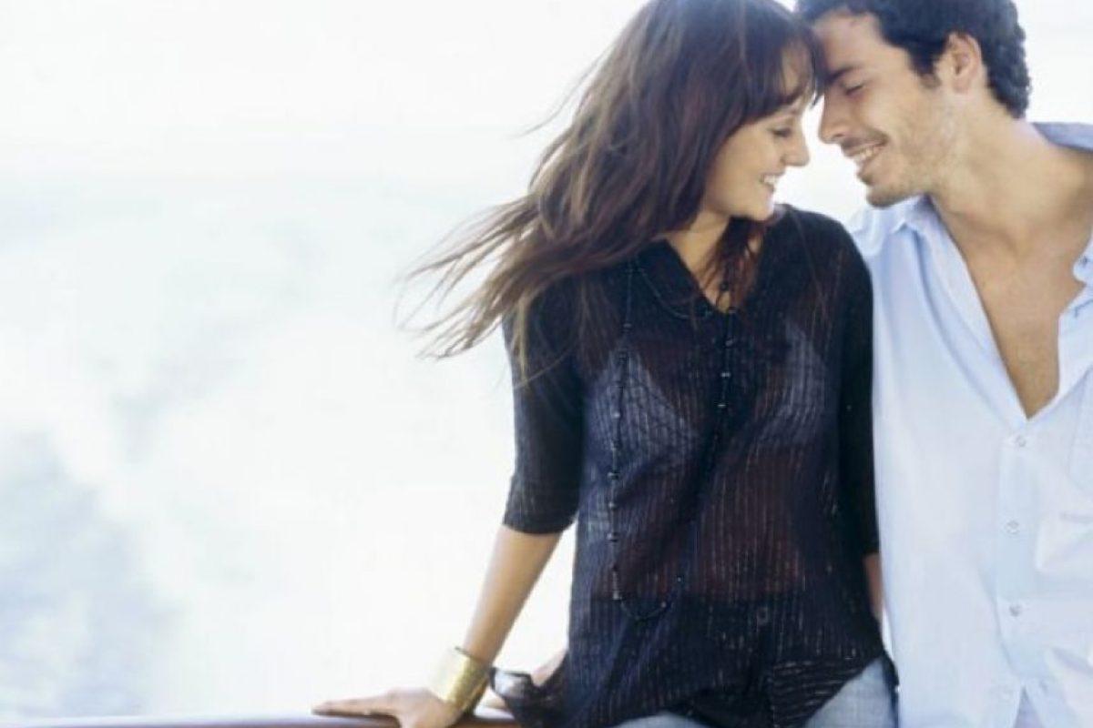 2. Cuando estén a solas, utiliza una prenda sexy y haz con ella algo que llame su atención. Eso lo mantendrá pensando en aquel momento por varios días. Foto:Tumblr.com/Tagged/amor-pareja