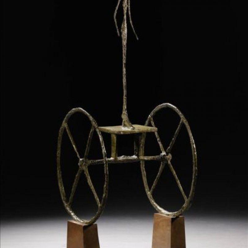 """Fotografía cedida en donde aparece la escultura en bronce y madera """"Chariot"""", del artista suizo Alberto Giacometti, que tras ser vendida por 100,9 millones de dólares, se convirtió en la segunda escultura más cara jamás subastada, en la muestra de arte moderno e impresionista de la casa Sotheby's. EFE"""