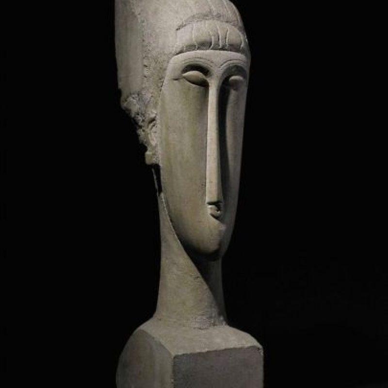 """Fotografía cedida , en la que aparece la obra """"Tête"""", una rara escultura que el italiano Amedeo Modigliani (1884-1920) creó entre 1911 y 1912 y que se vendió por 70,7 millones de dólares en la muestra de arte moderno e impresionista de la casa Sotheby's . EFE"""