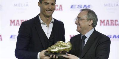 El delantero portugués del Real Madrid, Cristiano Ronaldo,iz, junto al presidente del Real Madrid, Florentino Pérez, que le hizo entrega de la Bota de Oro 2013-2014. EFE