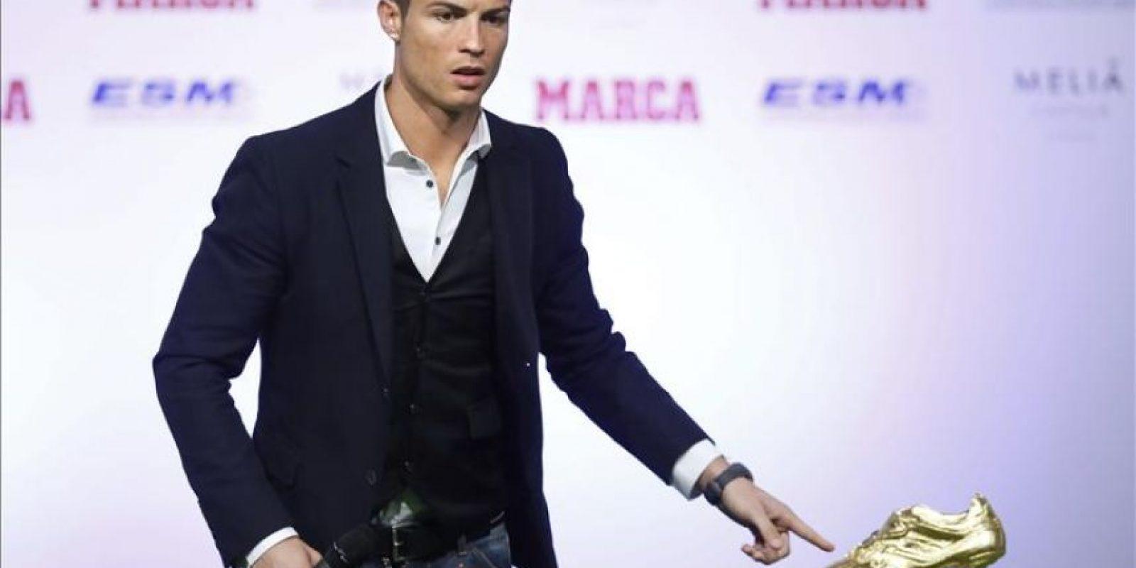 El delantero portugués del Real Madrid Cristiano Ronaldo tras recibir la Bota de Oro que lo acredita como máximo goleador europeo de la pasada temporada, en un acto celebrado hoy en Madrid. EFE