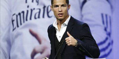El delantero portugués del Real Madrid, Cristiano Ronaldo, tras recibir la Bota de Oro 2013-2014 de manos del presidente del club, Florentino Pérez. EFE