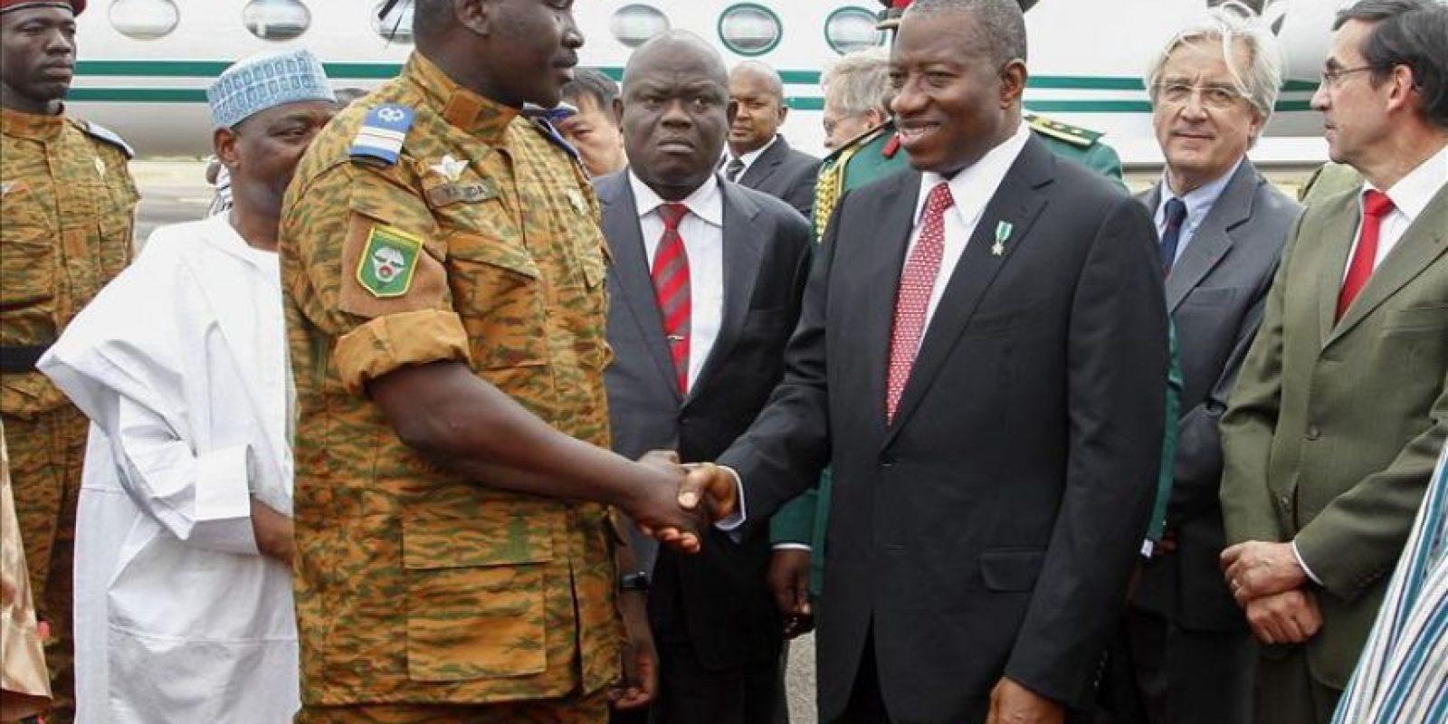 El jefe de Estado interino de Burkina Faso, el teniente coronel Isaac Zida (c-izda), recibe al presidente de Nigeria, Goodluck Jonathan (c-dcha), en el aeropuerto de Uagadugú, Burkina Faso, antes de la reunión de Zida con los líderes de la Comisión de la Comunidad Económica de Estados del África Occidental (CEDEAO). Líderes de la CEDEAO llegaron hoy a Uagadugú para mediar en la crisis abierta en Burkina Faso tras la dimisión de Blaise Compaoré como jefe de Estado. EFE