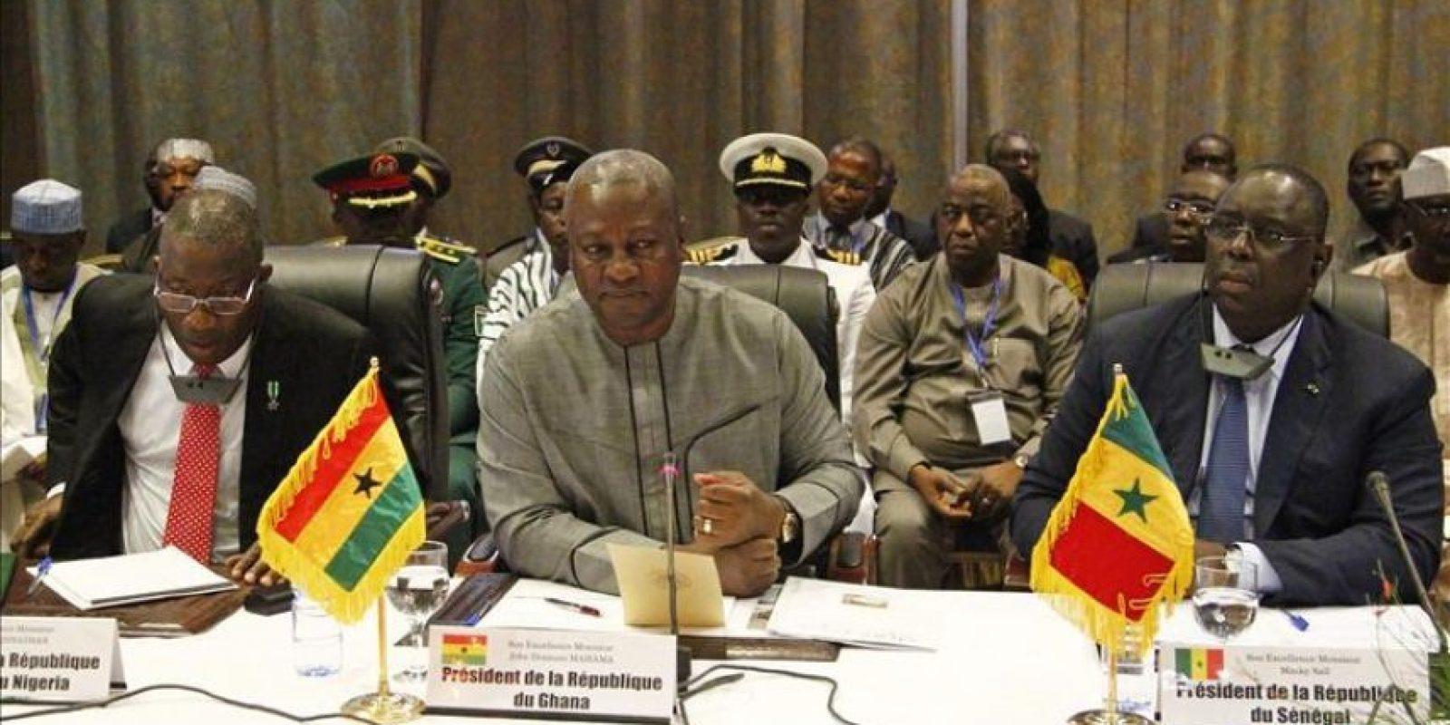 El presidente de Ghana, John Mahama Dramani (c), el presidente de Senegal, Macky Sall (d), y el presidente de Nigeria, Goodluck Jonathan (i), participan en la reunión del jefe de Estado interino de Burkina Faso, el teniente coronel Isaac Zida (no visible en la foto), con los líderes de la Comisión de la Comunidad Económica de Estados del África Occidental (CEDEAO). Líderes de la CEDEAO llegaron hoy a Uagadugú para mediar en la crisis abierta en Burkina Faso tras la dimisión de Blaise Compaoré como jefe de Estado. EFE