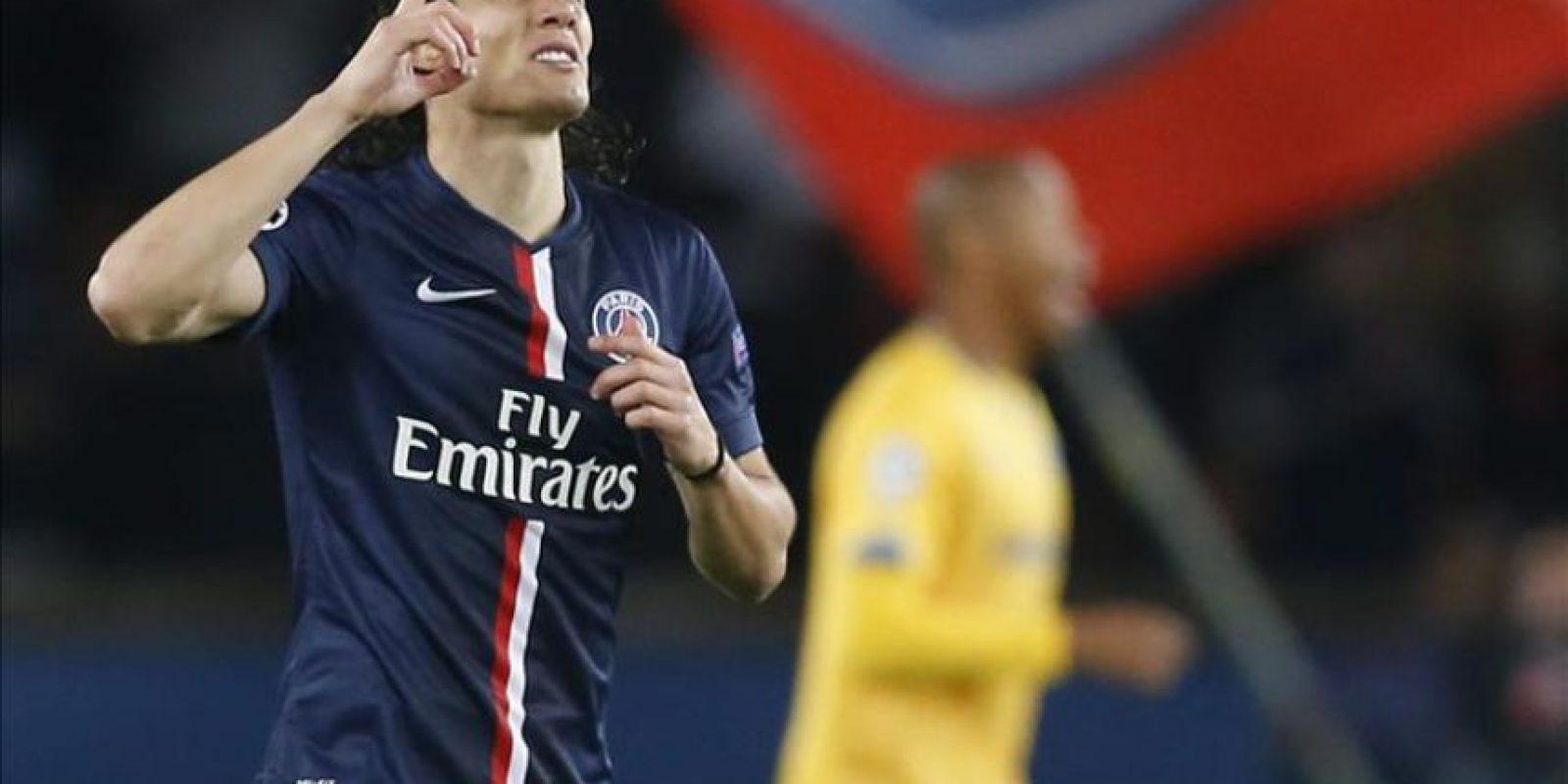 Edinson Cavani, jugador uruguayo del Paris Saint Germain, muestra su alegría tras marcar el 1-0 durante el partido del grupo F de la Liga Europa que enfrentó a su equipo contra el APOEL Nicosia en el estadio del Parque de los Príncipes en París, Francia. EFE