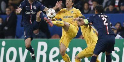 El jugador del París Saint Germain Thiago Motta (i) disputa el balón con Gustavo Manduca (c), del Apoel Nicosia durante un partido por el grupo F de la Liga de Campeones de la UEFA, en el estadio Parque de los Príncipes, en París (Francia). EFE