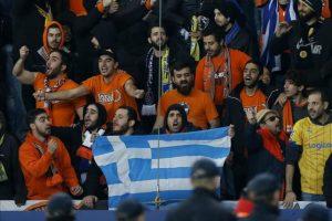 Aficionados del Apoel Nicosia animan a su equipo , durante un partido entre el París Saint Germain y el Apoel Nicosia por el grupo F de la Liga de Campeones de la UEFA, en el estadio Parque de los Príncipes, en París (Francia). EFE