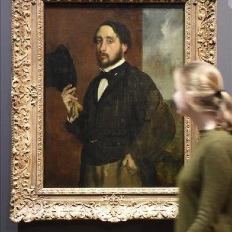 """Una mujer observa la obra """"Autorretrato"""" (1863) de Edgar Degas que se muestra en la exposición """"Degas, Clasicismo y Experimentación"""" en el Staatliche Kunsthalle en Karlsruhe (Alemania) hoy. EFE"""