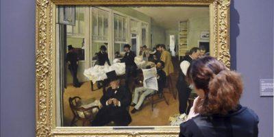 """Una mujer observa la obra """"La bolsa del algodón en Nueva Orleans"""" (1873) de Edgar Degas que se muestra en la exposición """"Degas, Clasicismo y Experimentación"""" en el Staatliche Kunsthalle en Karlsruhe (Alemania) hoy. EFE"""