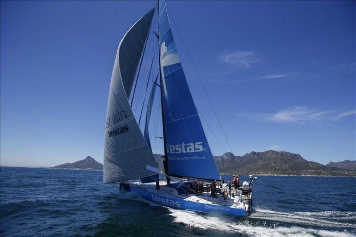 La embarcación Vestas Wind, capitaneada por el australiano Chris Nicholson, llega en cuarto puesto al final de la primera etapa de la Volvo Ocean Race entre Alicante y Ciudad del Cabo, en Ciudad del Cabo (Sudáfrica), hoy, jueves 6 de noviembre de 2014. EFE
