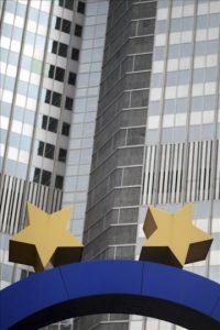 Detalle de dos estrellas del logotipo del Banco Central Europeo (BCE) en Fráncfort (Alemania) hoy. EFE