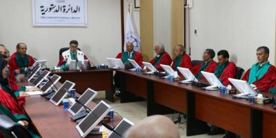 Miembros del Tribunal Constitucional de Libia se reúnen en Trípoli (Libia) hoy. El Tribunal Supremo de Trípoli declaró la inconstitucionalidad del nuevo Parlamento libio (Congreso de los Diputados) confinado en Tobruk, a 1.500 kilómetros al este de la capital.