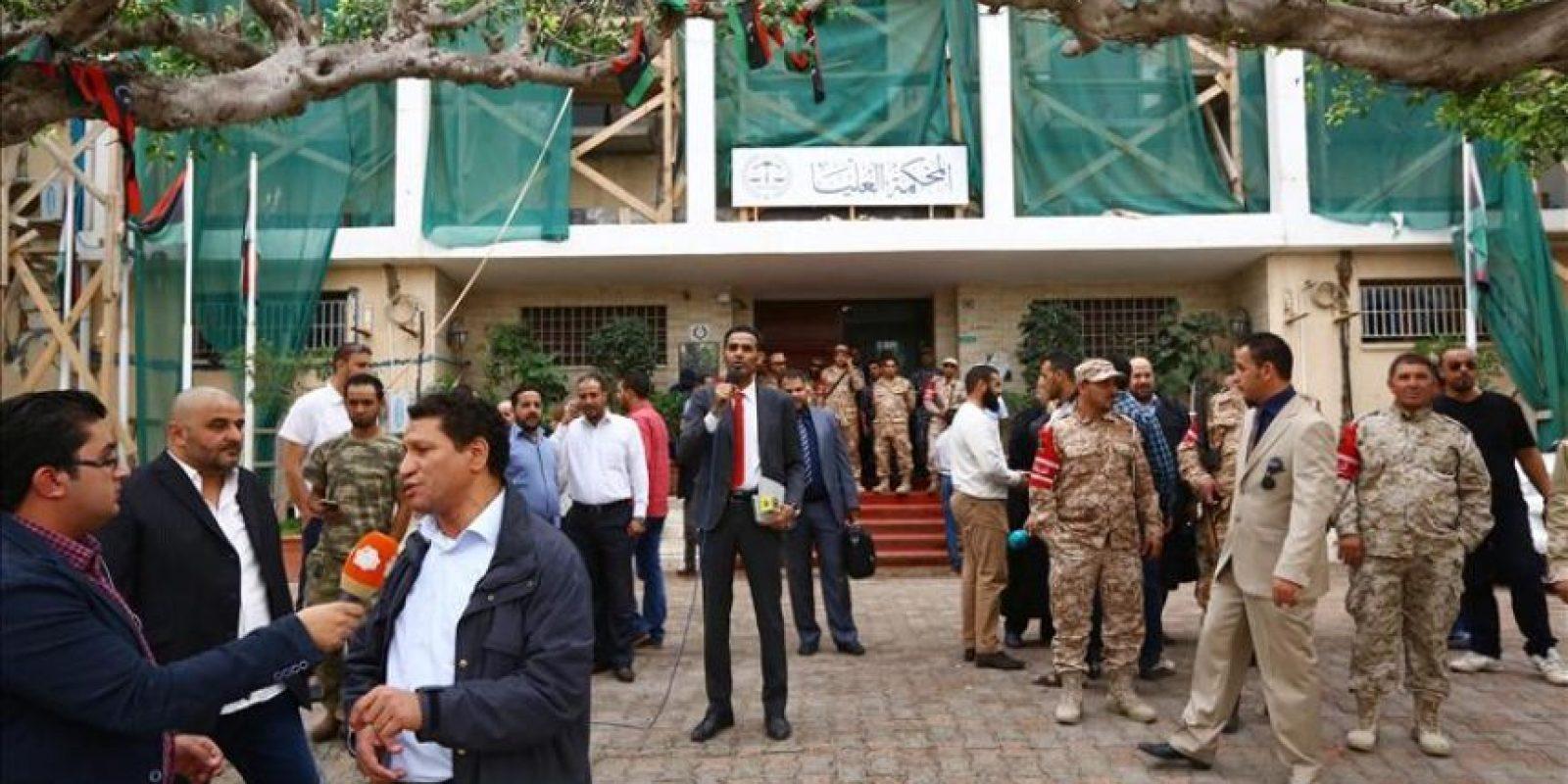 Soldados hacen guardia a las puertas del Tribunal Constitucional de Libia en Trípoli (Libia) hoy. El Tribunal Supremo de Trípoli declaró la inconstitucionalidad del nuevo Parlamento libio (Congreso de los Diputados) confinado en Tobruk, a 1.500 kilómetros al este de la capital.