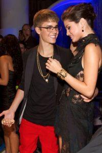 En 2010, el manager de Justin Bieber contactó a la mamá (también manager) de Selena para presentarlos. Foto:Getty Images