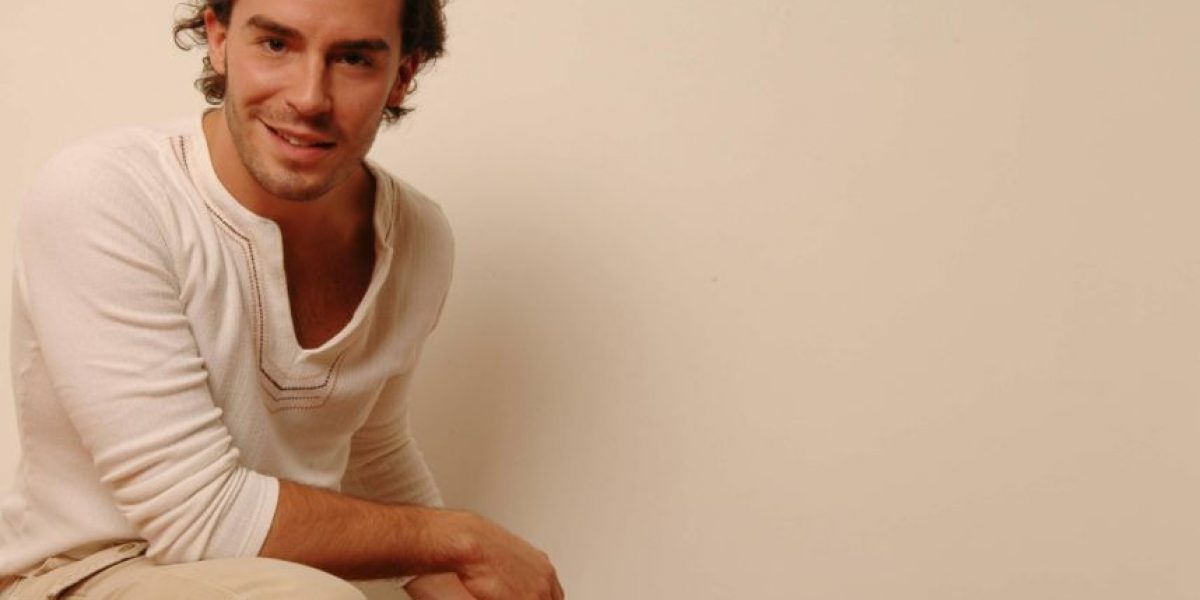 Juan Pablo Espinosa se queda en la actuación y protagoniza Secretos del paraíso