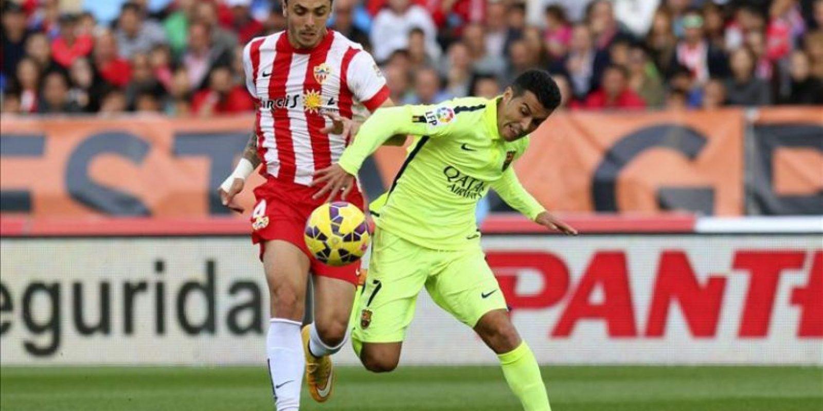 El delantero del FC Barcelona Pedro Rodríguez (d) y el defensa del Almería Joaquín Navarro (i), durante el partido correspondiente a la undécima jornada de Liga de Primera División que disputaron en el estadio de los juegos Mediterraneos de Almería. EFE