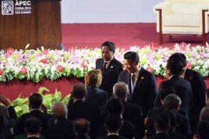 El presidente de China, Jinping saluda hoy a la presidenta de Chile, Michelle Bachelet, en el foro de ejecutivos del APEC, celebrado en Pekín. EFE